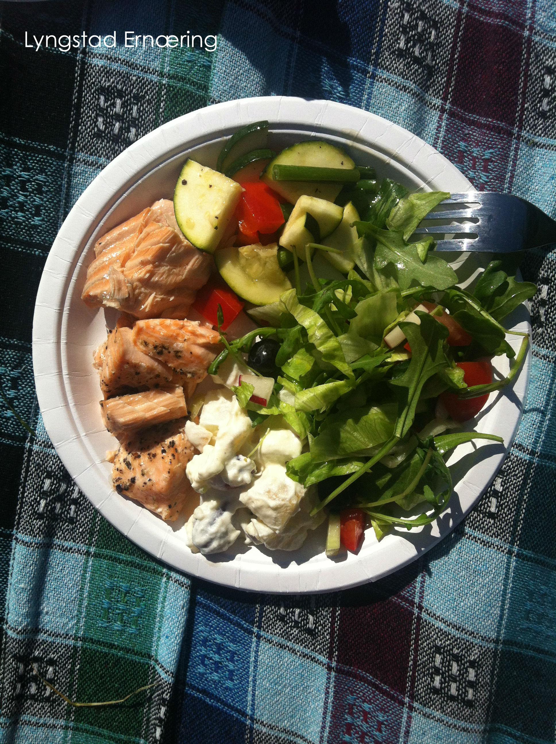 Laks, salat (ruccola, isberg, paprika, tomat, agurk, reddik og blåbær), dampede grønnsaker og min venninne Stine's potetsalat (uten løk for anledningen)